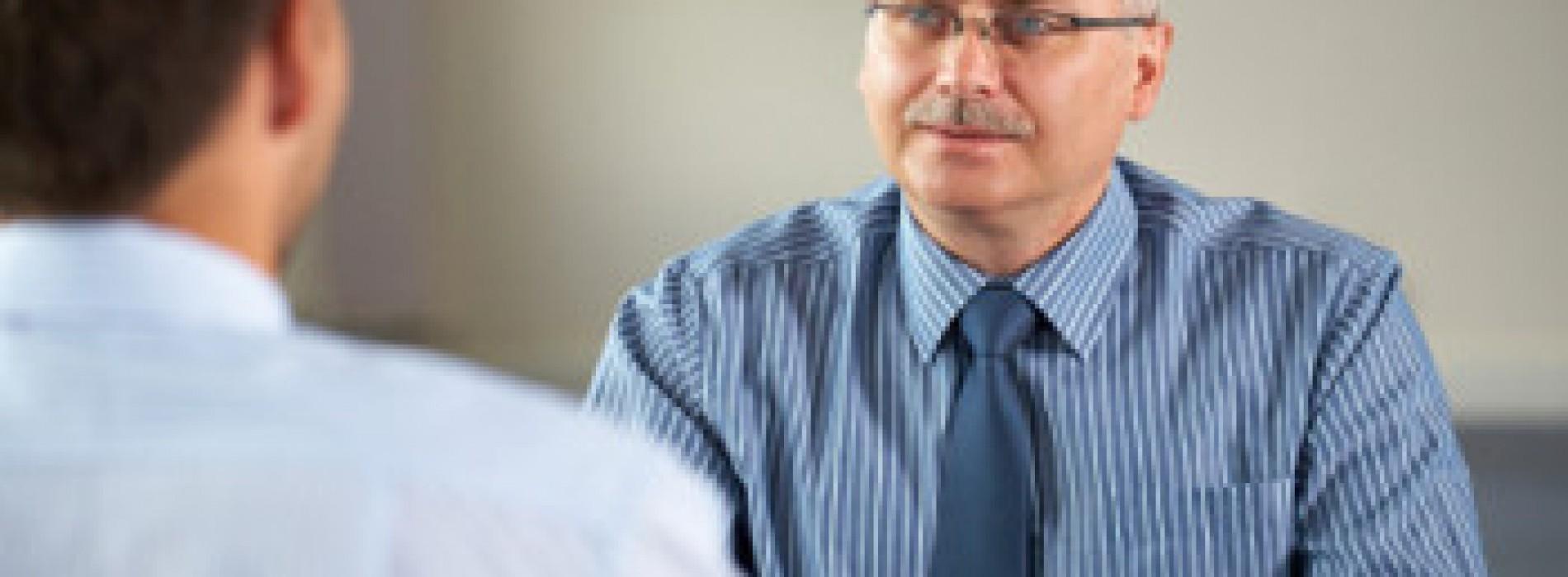 50+ na rynku pracy. Bariery i korzyści z zatrudniania osób dojrzałych i starszych.