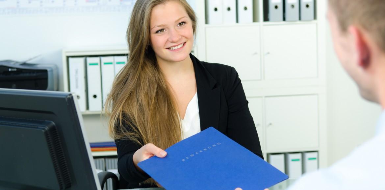 Jaskrawe kolory, duże dekolty i mocny makijaż podczas rozmowy kwalifikacyjnej mogą przekreślić szanse na pracę