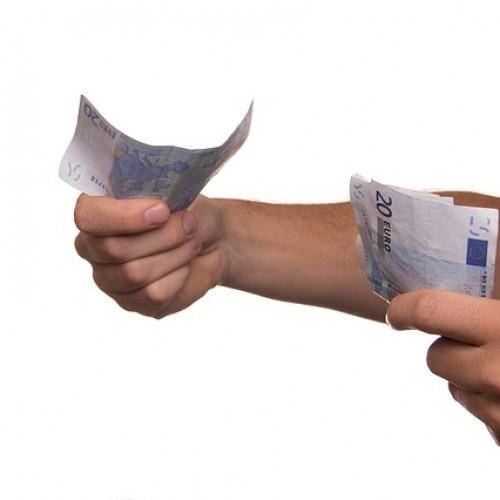 Polacy coraz częściej rezygnują z płacenia gotówką