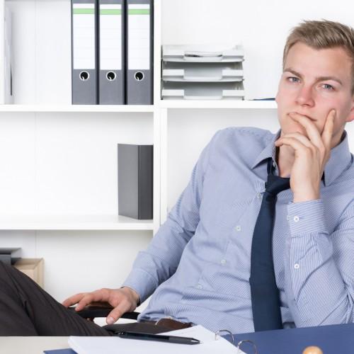 Polski urzędnik potrzebuje około godziny, żeby podjąć obowiązki po przyjściu do pracy